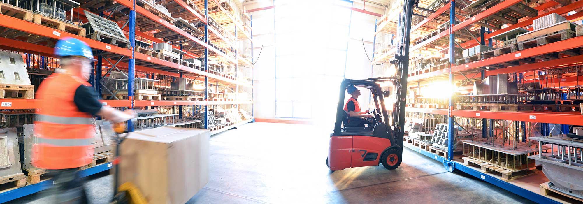 truck som kjører på et stort lager