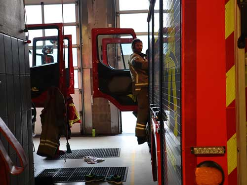 brannmann på vei inn i en brannbil